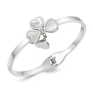 Белый браслет с подвеской в стиле Van Cleef