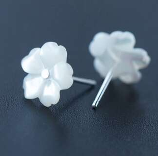Серебряные серьги белые цветы