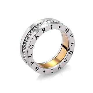 Белое кольцо с ободком из цирконов