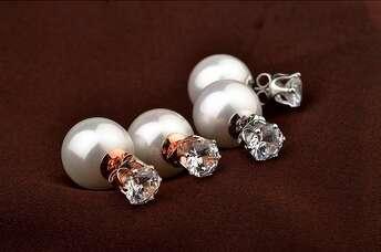 Белые серьги пусеты с кристаллами Swarovski