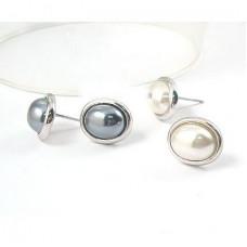Сережки гвоздики с белой жемчужинкой
