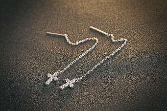 Серебряные серьги протяжки с крестиком