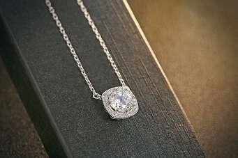 Срібний ланцюжок з цирконієвим кулоном